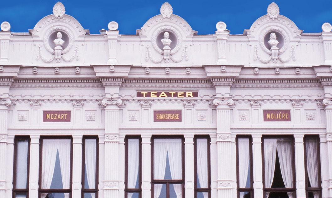 Bild exteriör namntavlor på Gävle Teaters fasad