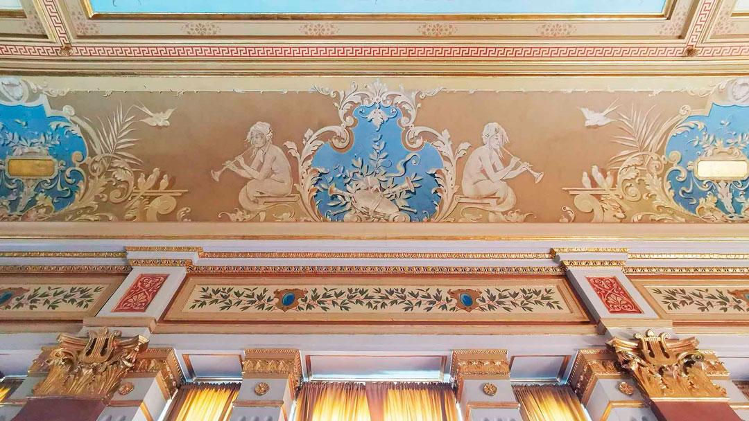Bild av dekor från taket i Café Amadeus