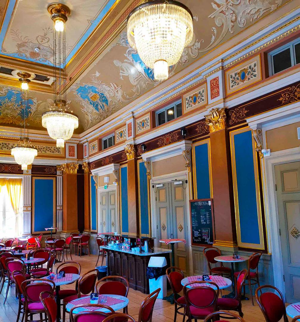 Bild på Café Amadeus, fönsterglugg mot Fattigmanscaféet